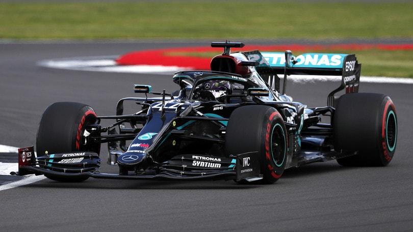 Hamilton, pole e record della pista a Silverstone